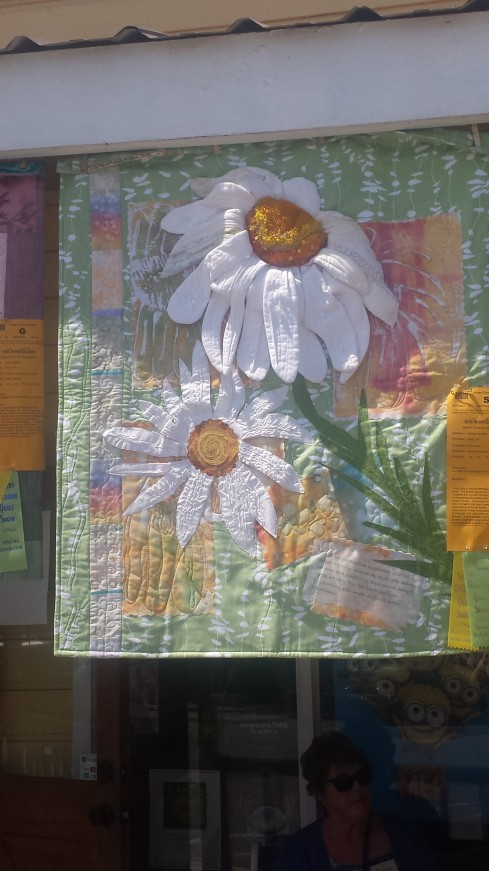 this daisy is 3D. I think it was the only quilt with that idea. very unique and they nailed the center of the daisy.